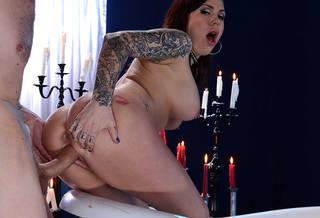 Mondes la plus belle fille nue tatouée.